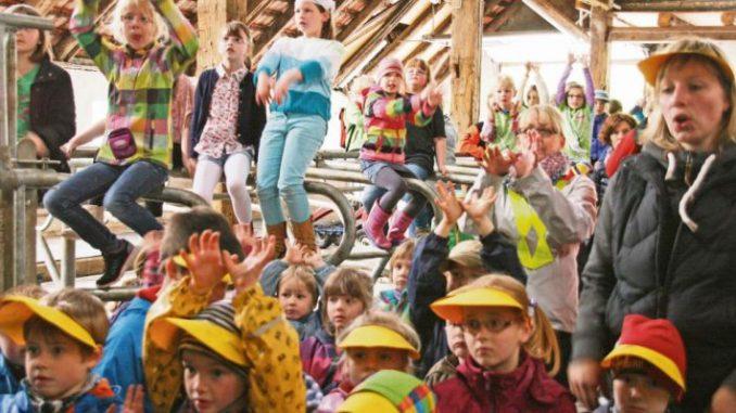 """Kinder """"rocken"""" die Liegeboxen - Foto: LVN"""