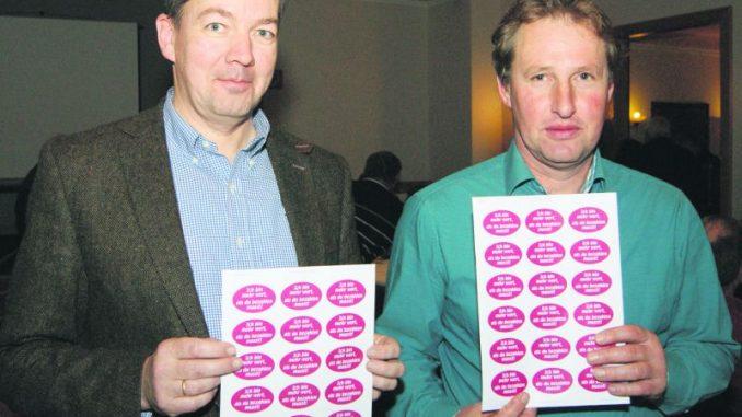 Protest gegen Discounter: Den Preisen eine kleben - Klare Ansage von Manfred Ostendorf und Dr. Karsten Padeken. Foto: Luiken