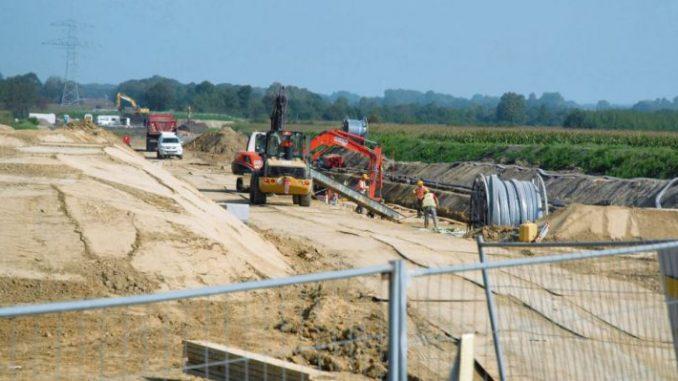 Leitungsbau unter Hochspannung - Foto: landpixel