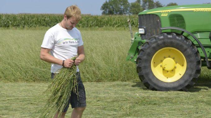 Landwirte schauen bei der Arbeit nicht auf die Uhr - Foto: Landvolk