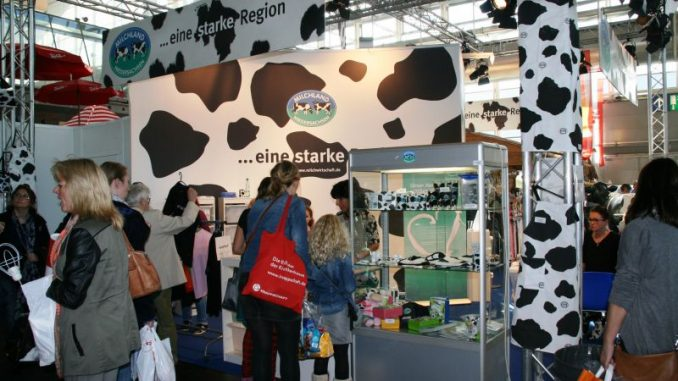 Milchbotschafter bitten auf der Info zum Gespräch - Foto: LVN