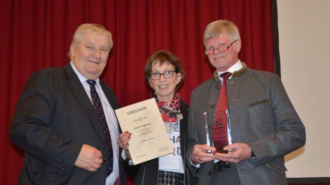 Stiftung Kulturlandpflege übergibt Auszeichnung - ZJEN Präsident Heiner Ehlen (links) überreicht Johann Högemann (rechts) den Stiftungspreis des Jahres Foto: ZJEN