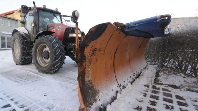 Trecker werden zu Schneeschiebern - Foto: Landpixel