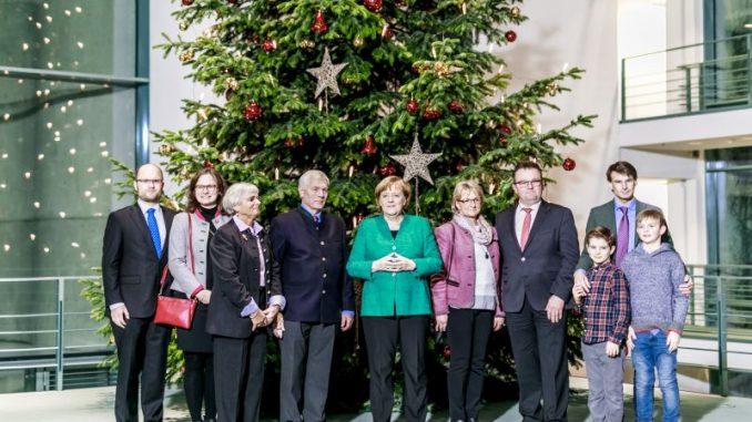 Waldbesitzer übergeben Weil einen Weihnachtsbaum - Photothek/Michael Gottschalk