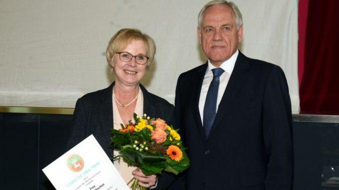 Goldene Ehrennadel für Agnes Witschen - Foto: Hildebrandt