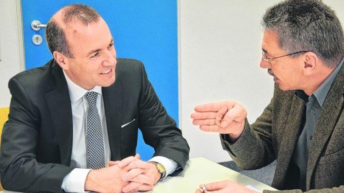 Erste Säule muss sicher sein - Der Niederbayer Manfred Weber (l.) ist Spitzenkandidat der Europäischen Volkspartei (EVP) bei den Europawahlen. Wochenblatt-Chefredakteur Sepp Kellerer traf ihn in München. Foto: BLW