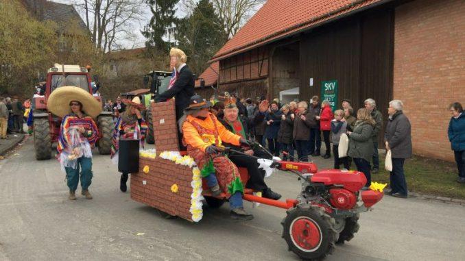 Landwirte unterstützen mit Treckern Karnevalsumzüge - Foto: Schnepel