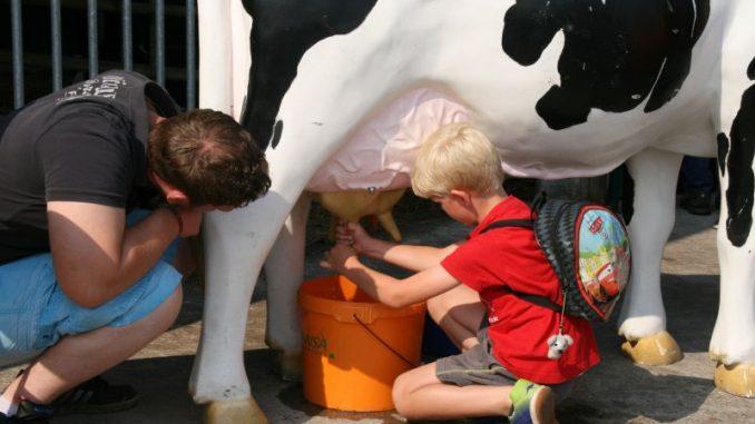 Mitmachaktion der Milchbauern auf der Milchstraße - Foto: LVN
