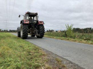 Trecker auf einem Feldweg